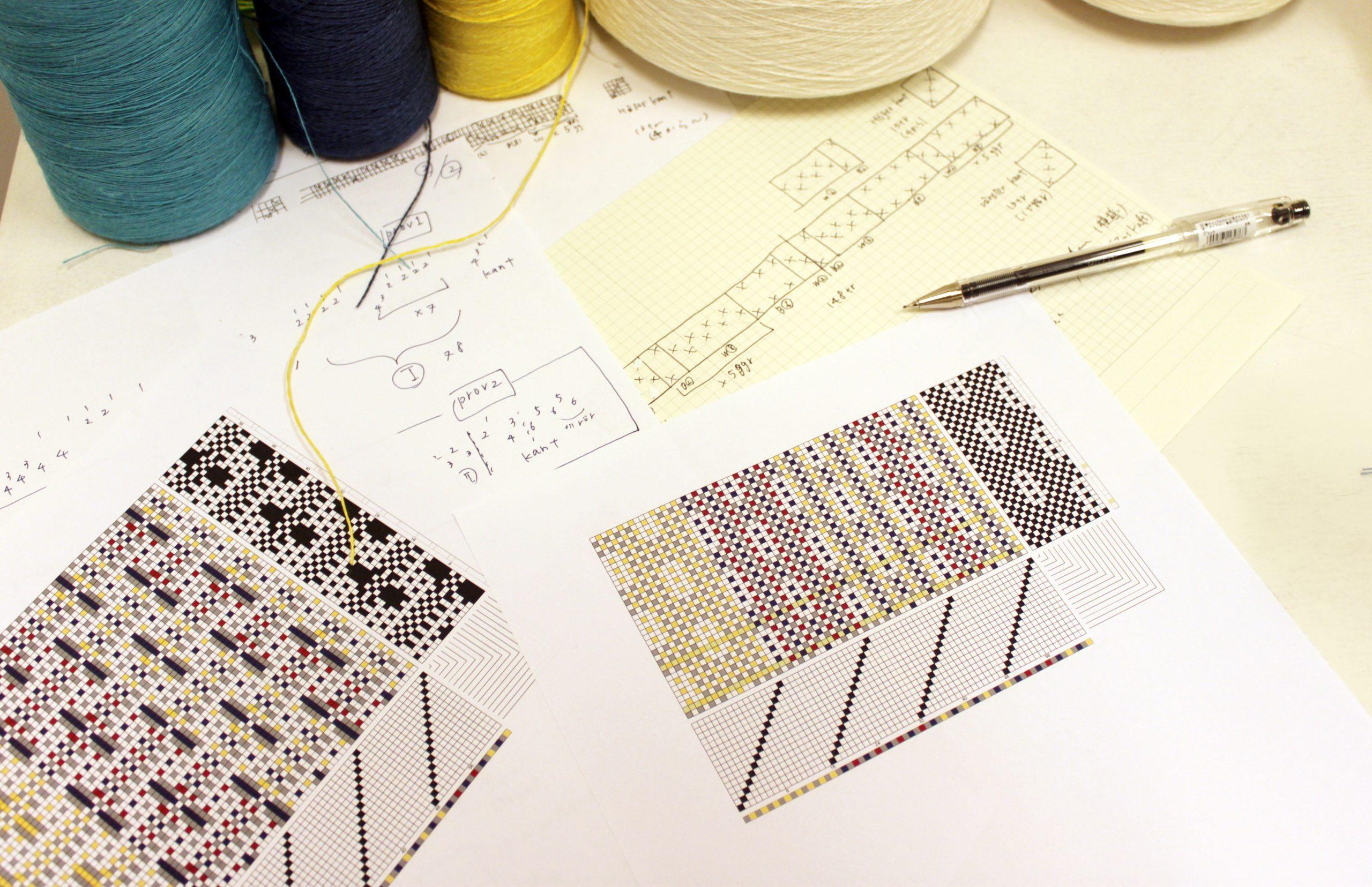 糸の交わり方が書かれた織物の設計図を基に、風合いを考えます。